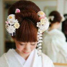 カメラマンさんのデータ きーたー♡  はぁ、 嬉しいけど せつない、、 アルバム作らなきゃ! データ膨大で見るにも一苦労。  ってことで ちょっと巻き戻し  控え室にて撮影の様子◎  髪飾りがステキで 日本髪も出来て 幸せ〜〜にやにや顔(*´w`*) #結婚式の思い出にひたる会 #和装 #白無垢 #日本髪