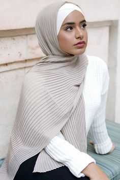 Hijab Styles 125608277095930316 - Pleated Chiffon Kerchief – myslady Source by kenzamango Hajib Fashion, Modern Hijab Fashion, Muslim Fashion, Womens Fashion Online, Latest Fashion For Women, Modest Dresses, Modest Outfits, Hijab Mode Inspiration, Mode Turban