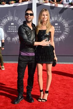 Adam Levine y Behati Prinsloo at the MTV Video Music Awards 2014.