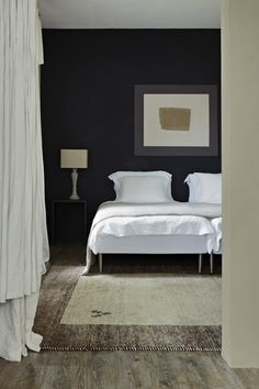 Draperiet på Høvik i Bærum forhandler tapet og maling fra Farrow and Ball. Scheme 12 - A bedroom from Living with Colour with wall in Off-Black and artwork created by squares in Down Pipe (outer) and Elephant's Breath, with a canvas center-piece.