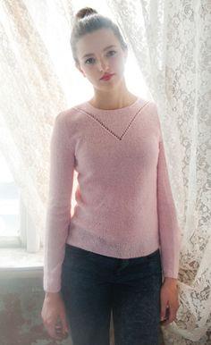 Gratis strikkeopskrifter! Den rosa bluse med fint lille hulmønster foran og slids med knap i nakken er rigtig piget og romantisk