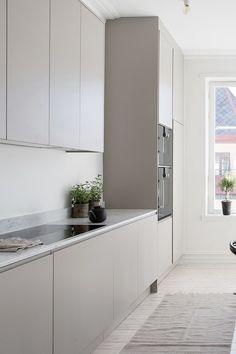 Award Winning kitchens in Scandinavian Design – Nordiska Kök - Modern Grey Kitchen Interior, Grey Kitchen Designs, Interior Modern, Kitchen Decor, Beige Kitchen, Kitchen Small, Kitchen Modern, Brown Kitchens, Home Kitchens