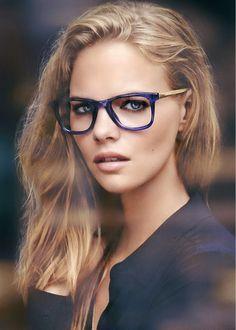 Mulheres com óculos de grau também são sensuais.  -   oculos  sexy 136ace98c1