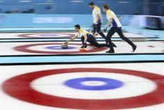 Equipe sueca durante competição de curling. Foto: Tatyana Zenkovich/Efe