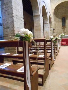 matrimonio: puff ortensia bianca e sancarlini verdi. chiesa della Pieve