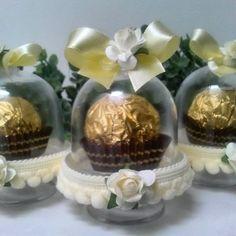 Mini cúpulas decoradas e recheadas com Ferrero Rocher!!! Quem resiste? Esse chá de maternidade vai ficar lindo!!!! #Minicupulasdecoradas#minicupulaspersonalizadas#chadematerninade#chaparareceberumaprincesa#Maternidade.