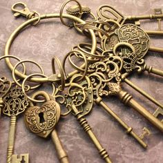 12 Large Skeleton Keys and 4 Lock On A Big Ring by PineappleSupply, $15.50