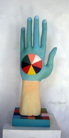 """La mano "", madera policromada, medidas, 105 x 60 x 35 cm , 2014 del artista Diego Manuel"