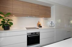 A white surface with a number of tones blended to create a warm and natural appearance - Organic White™ 4600 from the Caesarstone Deluxe Range Kitchen Room Design, Modern Kitchen Design, Kitchen Layout, Interior Design Kitchen, Stylish Kitchen, Ikea Kitchen, Gloss Kitchen Cabinets, White Gloss Kitchen, Timber Kitchen