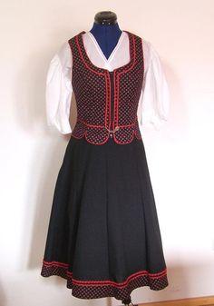 Trachten Zweiteiler, schwarz rot, Gr. 40/M von Gwandkammerl der Vampertingerin auf DaWanda.com