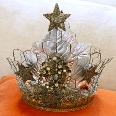 Crown made out of chicken wire Chicken Wire Crafts, Crown Centerpiece, Wire Crown, Invisible Crown, Paper Crowns, Tiaras And Crowns, Crown Jewels, Wire Art, Queen
