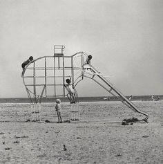 arabamolsamontgiymezdim:  Francesc Català-Roca - Elephant Slide, 1975