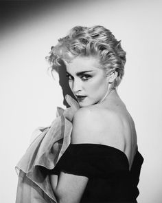 Madonna Herb Ritts True Blue outtake shot in 1986 Madonna Hair, Madonna 80s, Madonna Vogue, Pop Singers, Female Singers, Nostalgia, Lady Gaga, Divas, Madonna True Blue