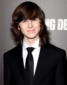 Chandler Riggs is an American actor who portrayed Carl Grimes in AMC's The Walking Dead. Chandler Riggs was born in Atlanta, Georgia. He is the son of Gina Ann Riggs (née Carlton) and William Riggs. He has a younger brother, Grayson Riggs. Carl The Walking Dead, The Walking Death, Walking Dead Season 6, Chandler Riggs, Carl Grimes, Talking To The Dead, Stuff And Thangs, Daryl Dixon, Outdoor Art