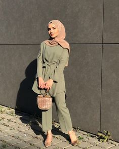muslim fashion Limage contient peut-tre: une personne ou plus Modest Fashion Hijab, Modern Hijab Fashion, Casual Hijab Outfit, Hijab Fashion Inspiration, Hijab Chic, Muslim Fashion, Mode Inspiration, Modest Outfits Muslim, Hijab Fashion Summer