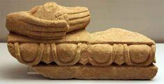 Resto arquitectónico de la necrópolis del tesoro de Verdolay, con mano que envuelve a una paloma. Museo de Murcia