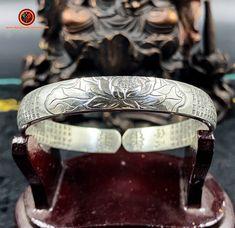 Bracelet jonc bouddhiste argent 999/1000ème (poinçonné Ag999) Sutra du coeur gravé à l'extérieur et à l'intérieur du bracelet Feng Shui Jewellery, Grave, Cuff Bracelets, Etsy, Jewelry, Heart Sutra, Ear, Silver, Jewlery