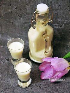 Bardzo prosty przepis na likier kokosowy a'la Malibu. Lekki, aksamitny i pachnący kokosem- polecam z kostkami zamrożonej kawy. Alcoholic Drinks, Beverages, Cocktails, Polish Recipes, Polish Food, Irish Cream, Glass Of Milk, Smoothies, Food And Drink