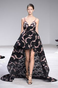 View all the catwalk photos of the Giambattista Valli haute couture spring 2016 showing at Paris fashion week. Couture Week, Style Haute Couture, Spring Couture, Couture Fashion, Runway Fashion, Paris Fashion, Star Fashion, High Fashion, Fashion Show