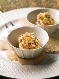 1. Verwarm de oven voor op 200°C. 2. Rooster de amandelen kort in een hete pan. Haal ze uit de pan, laat ze afkoelen en hak ze grof. 3. Verwijder de steeltjes van de champignons en hak de steeltjes fijn. Snij de paprika in 2, verwijder de zaadlijsten en snij in kleine blokjes.