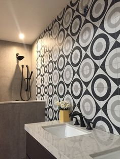 Wall Patterns, Bathroom Inspiration, Wall Tiles, Countertops, Kitchen Remodel, Ceramics, Black And White, Interior Design, Cool Stuff