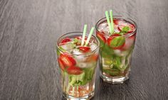 Léto a párty nás láká ke konzumaci míchaných nápojů. Dejte si něco chutného a svěžího. Připravte si jahodové mojito. tescorecepty.cz - čerstvá inspirace. Strawberry Mojito, Strawberry Summer, Summer Cocktails, Cocktail Drinks, Smoothie, Stuffed Peppers, Vegetables, Tableware, Ethnic Recipes
