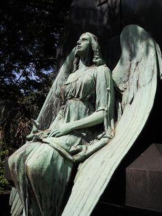 Friedhof Melaten. Spiegelt die Bevölkerung Köln aus dem 19. Jahrhundert wieder. Einzelne Figuren auf den Gräbern wurden wieder restauriert. repinned by www.parkett-direkt.net