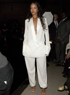 Rihanna looking FABULOUS! If RiRi is wearing it, her fans and the world want to know who and what. Check out Riahanna in all white at Mercedes Benz Fashion Week Mode Rihanna, Rihanna Style, Rihanna Fenty, Rihanna Fashion, Rihanna Casual, Rihanna 2014, Rihanna Outfits, Rihanna Clothes, Kim Kardashian