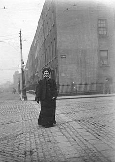 years gone by. Old Images, Old Pictures, Old Photos, Vintage Photos, Potato Famine, New Mexico Usa, Vintage Nurse, Dublin City, Photo Engraving