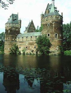 Château de Beersel, Belgique. Le château, entouré de douves en eau et défendue par une large enceinte jalonnée de trois tours chaperonnées, est construit en 1310 par Godefroid de Hellebeke, afin de défendre le duché de Brabant face au comté de Hainaut. Mis à mal en 1356 et en 1489, il est à chaque fois reconstruit. Délaissé et peu entretenu dans les siècles suivants, il nous est parvenu dans son état médiéval. Depuis 1948, il appartient à l'Association des Demeures Historiques de Belgique