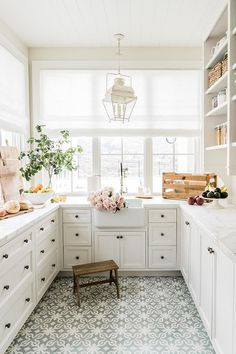17 DIY Projects for First Time Homebuyers — Anna Elizabeth Kitchen Interior, Kitchen Decor, Small Home Interior Design, Interior Design Farmhouse, Interior Design Photos, Kitchen Ideas, Pantry Design, Cuisines Design, Home Decor Inspiration