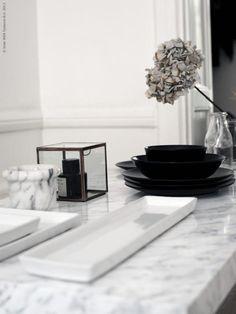 DIY - Soffbordet KLUBBO har fått vackert marmormönster med hjälp av kontaktfilm. IDEAL ljusfat, DINERA servis.