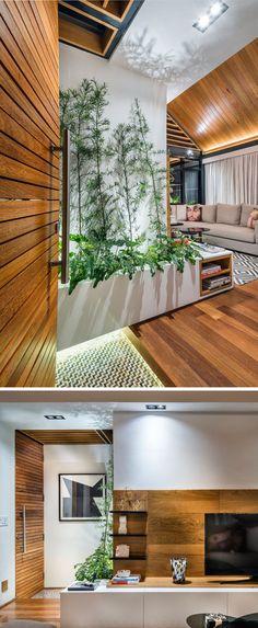Eine große hölzerne Tür begrüßt Sie dieses moderne Dachterrasse mit unterhaltsamen Innenbereich und eine Außenterrasse.