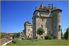 Photo par une belle journée d'été, du château de Plas du XVIe siècle avec sa tour ronde et ses échauguettes et le château de Saint-Hilaire du XIVe siècle avec sa haute tour carré, dans le beau village corrézien de Curemonte. photos de Curemonte.