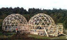 Innovadora apuesta de construcción de Casas Domo en Biobío Dome Structure, Building Structure, Building A House, Earthship, Dome Greenhouse, Casa Alpina, Geodesic Dome Homes, Dome House, Unusual Homes