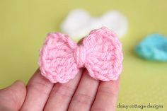 Easy Crochet Bow Pattern Make these little crochet bows in under 5 minutes. So quick and so adorable! Easy Crochet Bow Pattern Make these little crochet bows in under 5 minutes. So quick and so adorable! Crochet Bow Ties, Crochet Bow Pattern, Crochet Flower Patterns, Knit Or Crochet, Crochet Gifts, Crochet Motif, Crochet Flowers, Easy Crochet, Knitting Patterns