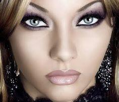 http://maquillajenocheydia.com/maquillaje-de-noche-paso-a-paso/ ☆Las mejores ideas de maquillaje de noche☆ Como maquillarse para una fiesta de noche. Vídeos paso a paso. Imágenes, consejos y trucos de maquillaje excelentes. Hazte un maquillaje ojos ahumados muy chic y fácil.