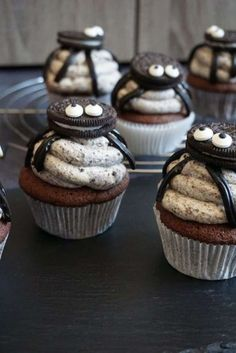 34 Ideas for Halloween Cupcakes That Make the Sweet Treats Deliciously Spooky - First for Women halloween sweets ideas Comida De Halloween Ideas, Bolo Halloween, Postres Halloween, Dessert Halloween, Halloween Food For Party, Halloween Cookies, Spooky Halloween, Halloween Cupcakes Easy, Halloween Deserts Easy