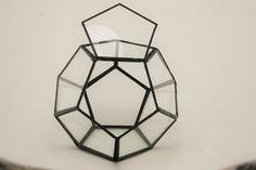 Szklane terrarium wykonane z elementów pięciokątnych, połączonych spoiwem cynowym w technice Tiffany`ego.  Dodekahedron to prosta, ale bardzo ciekawa bryła. Może stanowić terrarium na sukulenty i...