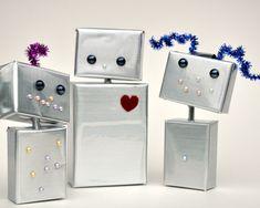 Little robots from juice boxes the kids could save from snack time (instructions) / Petits robots faits de boîtes de jus vides que les enfants pourraient récupérer après la collation (pas d'instructions, mais il y a des images et ce n'est pas très compliqué)