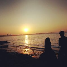 Super sunset at Shivaji Park beach with a young couple in the foreground!