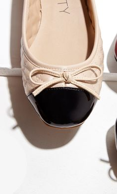 Quilted ballet flat with a delicate bow, cushioned insole and rubber heel.