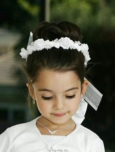 Fist Communion Veil - White Wreath with Ribbons for First Communion First Communion Veils, Holy Communion Dresses, First Communion Party, Flower Girl Hairstyles, Wedding Hairstyles, Communion Hairstyles, Special Occasion Hairstyles, Foto Art, Bridal Hair