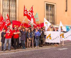 Nel Mantovano adesioni modeste all'agitazione indetta da Cgil, Cisl, Uil e Snals per il contratto. Alcune decine di insegnanti hanno manifestato davanti alla sede della prefettura