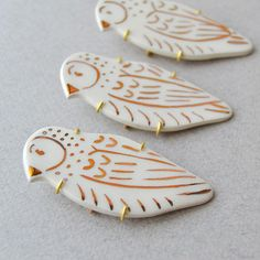 Livia Coloji / Ceramic Bird Brooch  #illustratedceramics #ceramics #contemporaryjewelry #brooch #gold #liviacoloji Ceramic Birds, Gold Hands, I Shop, Goodies, Brooch, Hand Painted, Ceramics, Illustration, Artwork