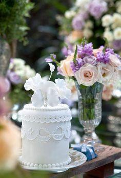Partindo do tom de azul comum nos anos 60, a Enjoy Festas criou para este editorial uma ambientação comperfume vintage para um casamento no jardim. As flo