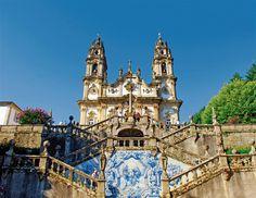 Viaje por el Valle del Douro · A lo largo del valle del Duero se ven innumerables muestras del arte del azulejo. Este tipo de cerámica pintada en la que se narra la historia y las costumbres portuguesas decora estaciones de tren, iglesias, fachadas y salones. En Lamego destaca el santuario barroco de Nossa Senhora dos Remedios, unido a la ciudad por 686 peldaños.