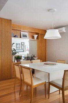 O apartamento de 150 m² estava ficando pequeno para a família, um casal, ela dentista e ele escritor e ator, com dois filhos, de 9 e 13 anos, por isso procuraram o escritório Carmen Zaccaro Arquitetura. Para que o apê pudesse atendê-los a profissional fez muitas