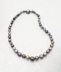 Collar formado por 43 perlas naturales en distintos tonos de negro, gris y bronce,que Fernando VII encargó realizar para su esposa María Cristina de Borbón-Dos Sicilias.