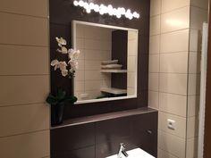Koupelna žádnou výraznou proměnu nepotřebovala. Pouze nad zrcadlem přibylo zajímavě řešené osvětlení.